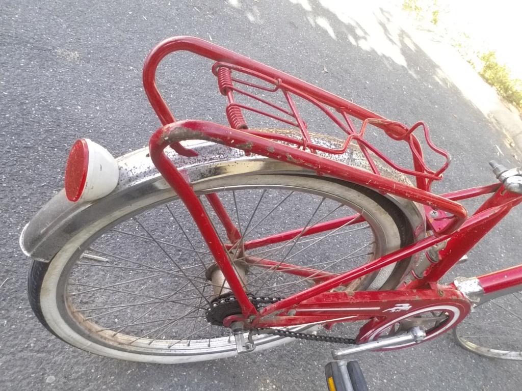 BH rouge modèle Ibéria. année 74 ??..... trouvé au coin d'une rue Bh-min14