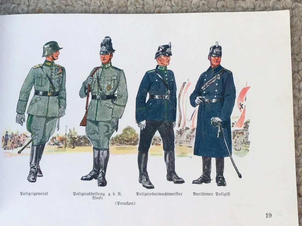 Uniformfiebel oublié dans une bibliothèque Unifor17