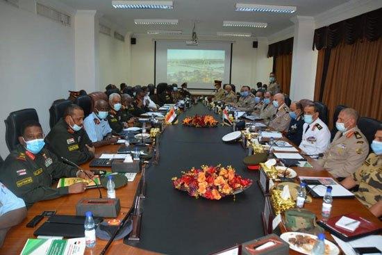 الفريق / محمد فريد رئيس أركان حرب القوات المسلحة المصرية  يغادر إلى السودان فى زيارة مفاجئة 12326911