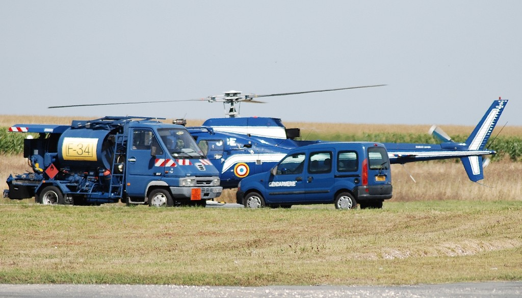 Ravitaillement d'un hélico de la gendarmerie et Beech 350  83060810