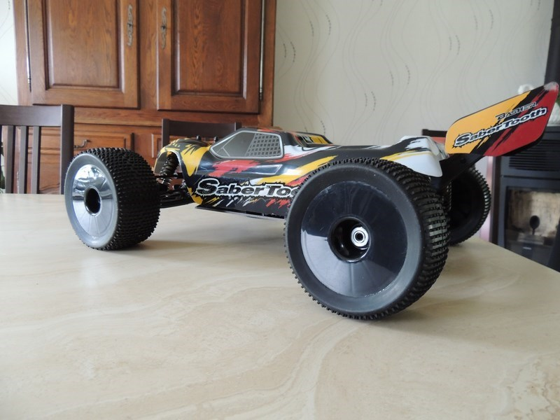 MON....Basher SaberTooth 1/8 Scale Truggy B-s-t_12