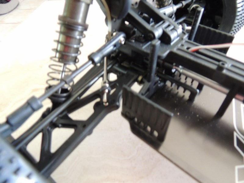 MON....Basher SaberTooth 1/8 Scale Truggy B-s-t_18