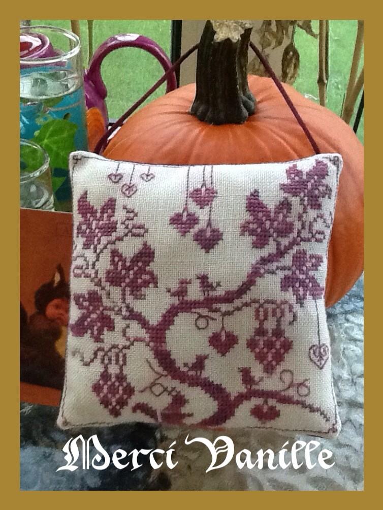 Echange d'automne : un coussinet brodé en soie  **PHOTOS** - Page 2 Photo_12