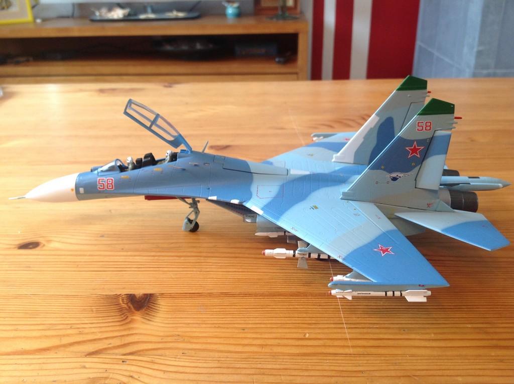 ma collection d'avions ... attention grosses photos, désolé dany ;) Su27_u10