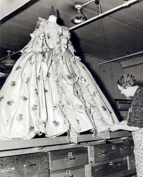 Marie Antoinette avec Norma Shearer (Van Dyke) - Page 6 Inez-m10