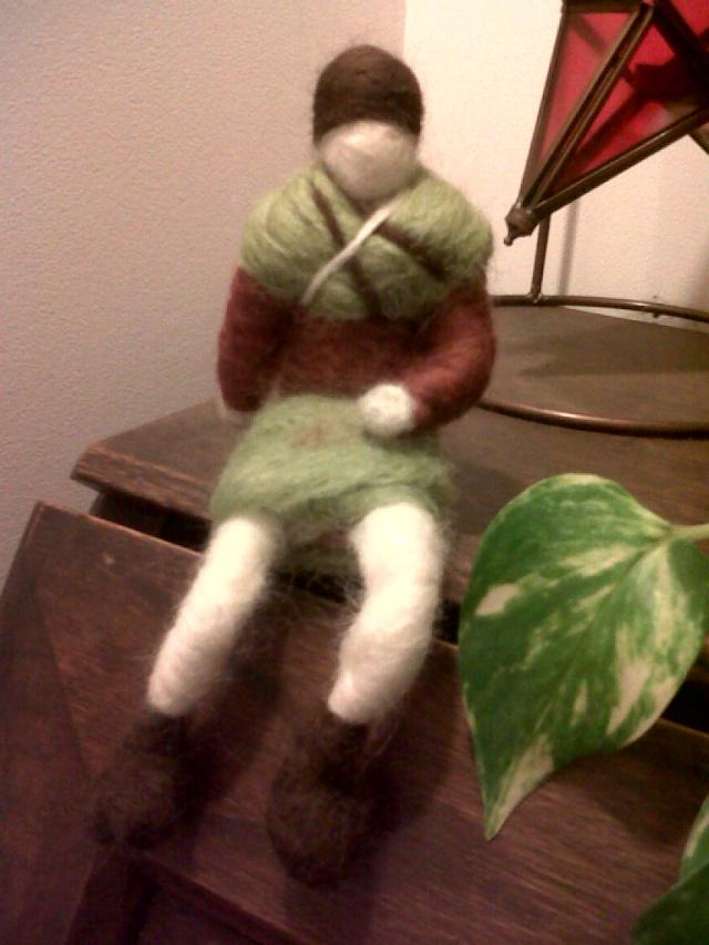 bonne femme en laine feutrée à l'aiguille Img01014