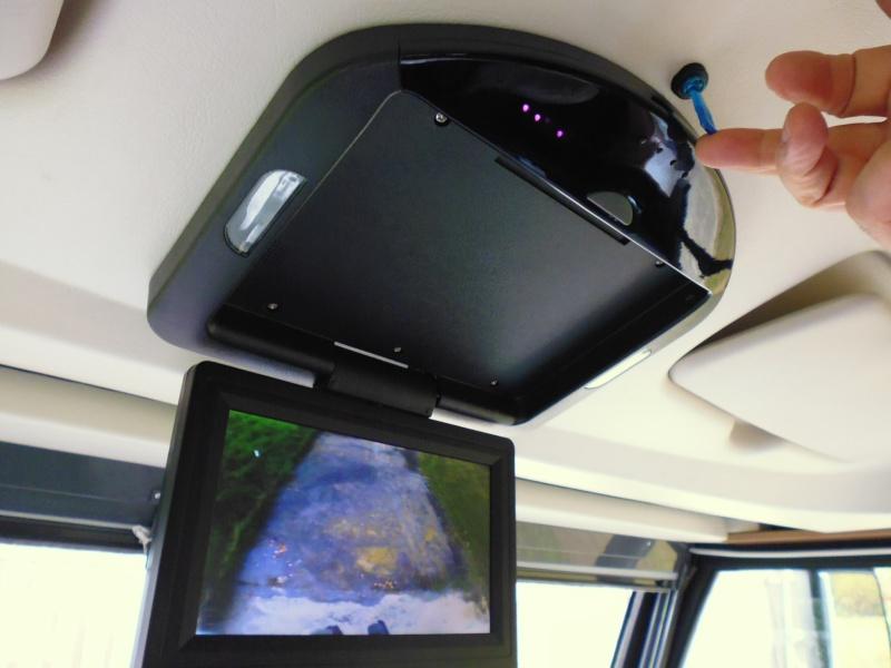 Caméra double objectif et écran plafonnier P1000222