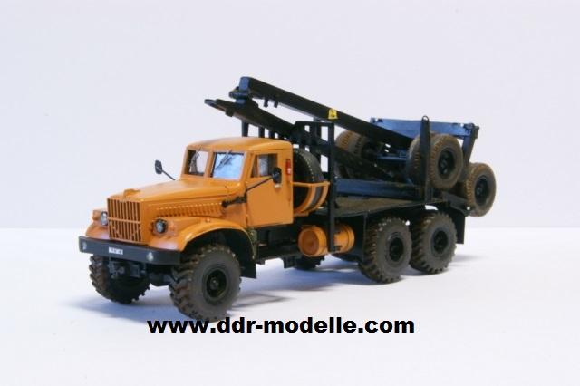 Kraz 255 als Rohrtransprter und als Holztransporter Dsc01211