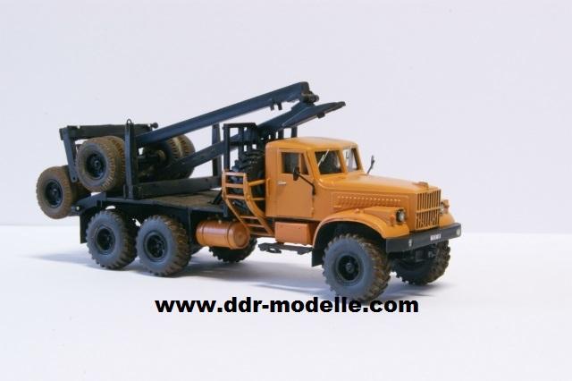 Kraz 255 als Rohrtransprter und als Holztransporter Dsc01212