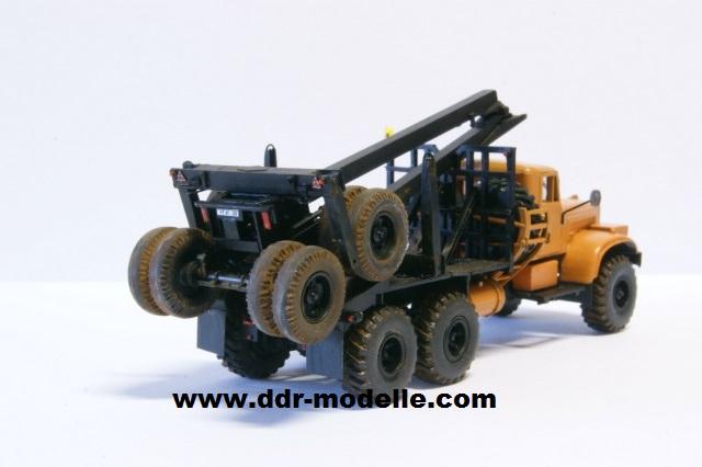 Kraz 255 als Rohrtransprter und als Holztransporter Dsc01213