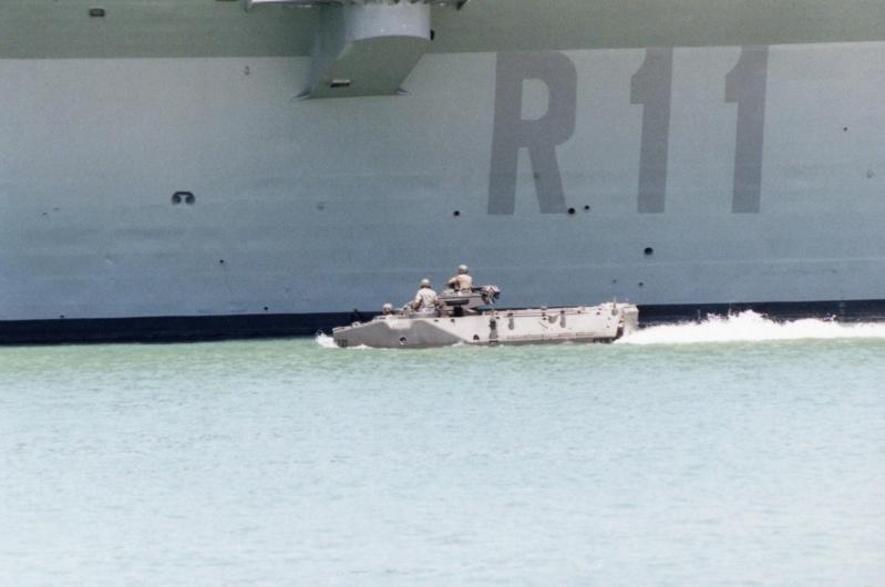 LANDING SHIP TANK (LST) CLASSE NEWPORT  - Page 2 Aav-7_10