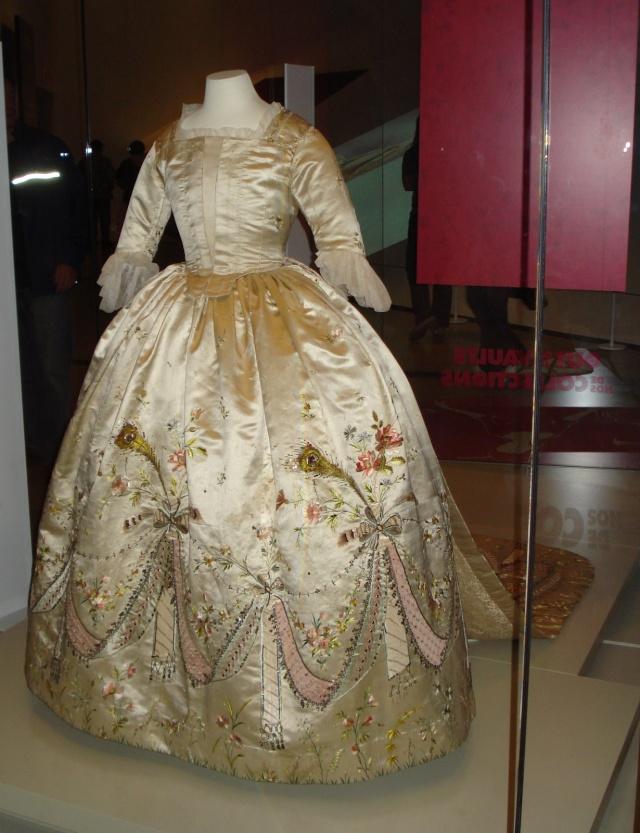 robe de satin rose conservée au Royal Ontario de Toronto Dsc00011