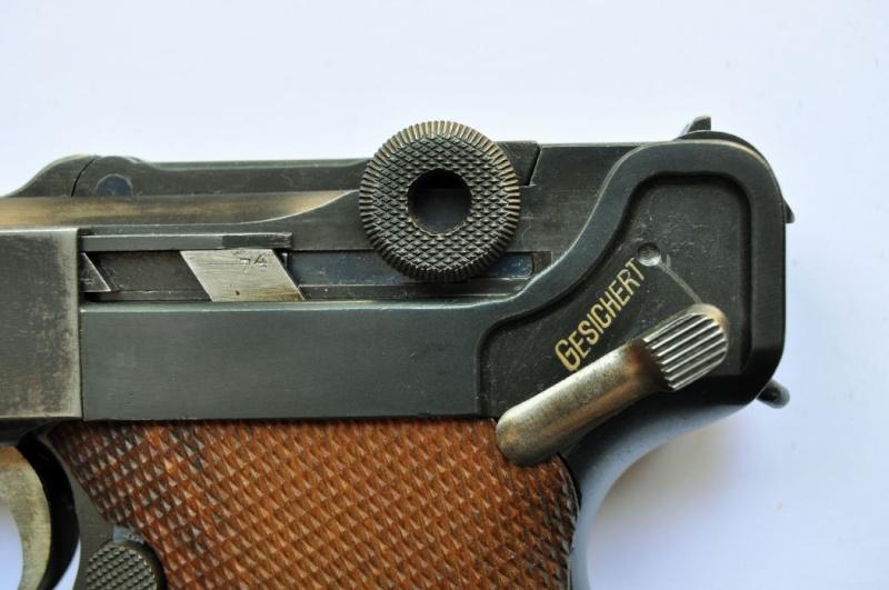 Un Luger DWM, en 9 mm, de la police du canton de Bâle. Dwm_1942