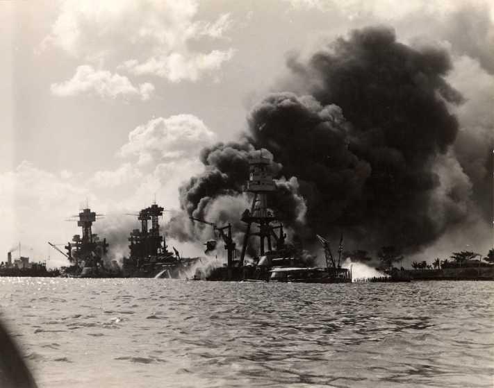 Le 7 décembre 1941,le Japon attaque Pearl Harbor Arizon11