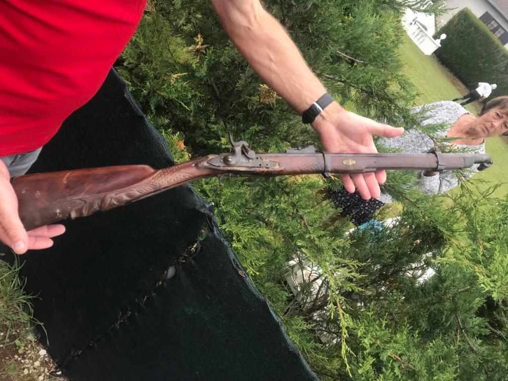 Fusil ancien, crosse sculptée 95927710
