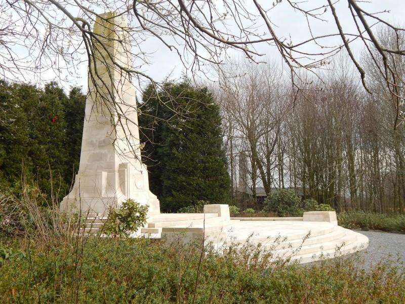 A la découverte des mémoriaux et cimetières militaires - Page 4 Dscn1310