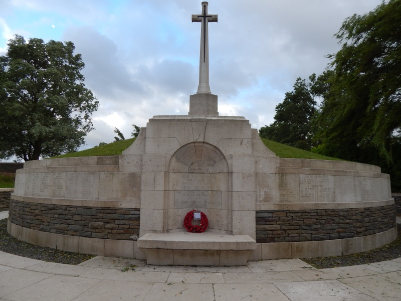 A la découverte des mémoriaux et cimetières militaires - Page 4 Dscn4411