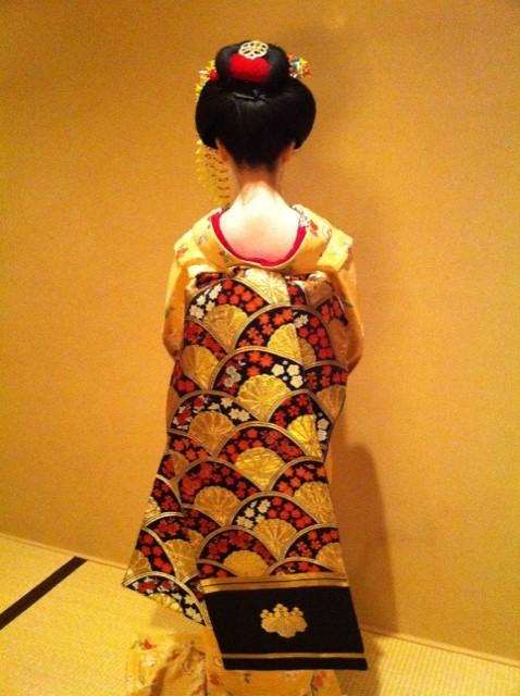 Tracking down maiko/geisha who wore your hikizuri! Black_10