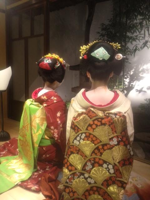 Tracking down maiko/geisha who wore your hikizuri! Black_11
