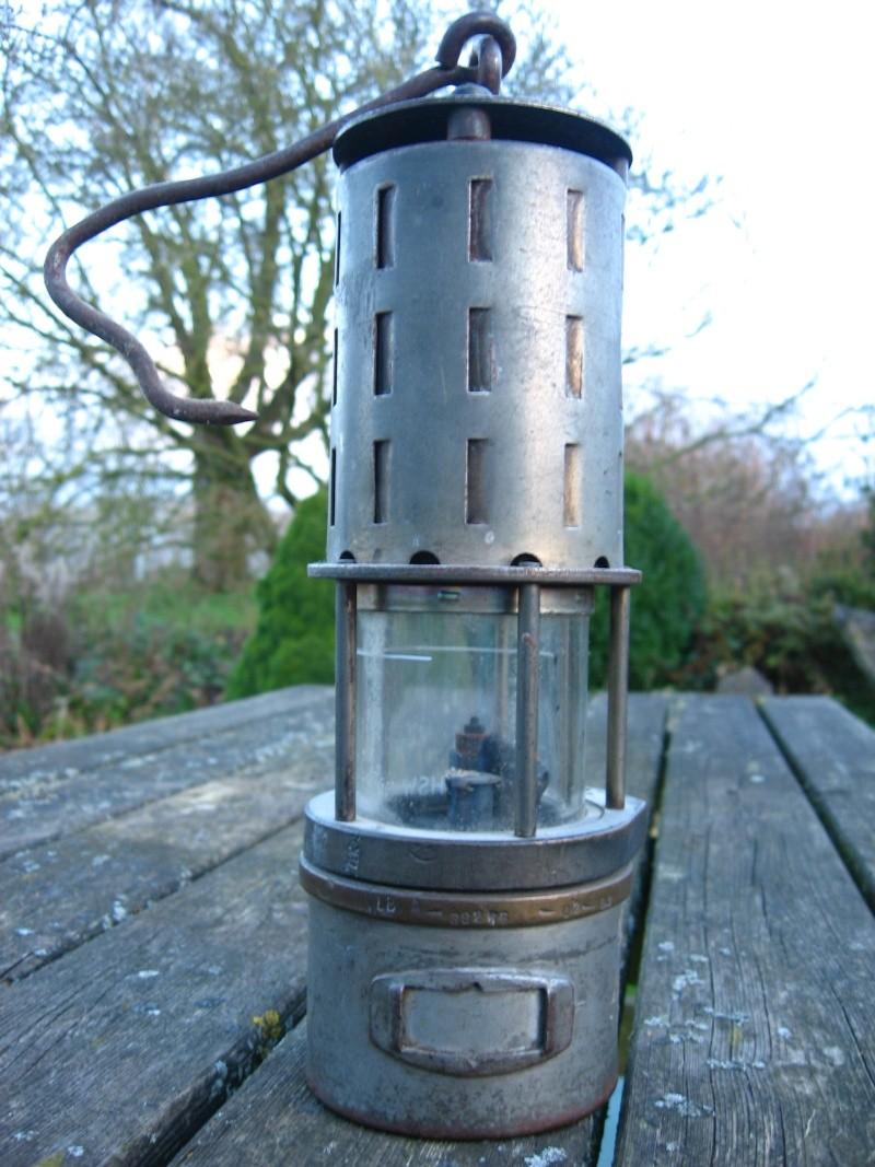 lampes de mineurs,  divers objets de mine, outils de mineur et documents  00117