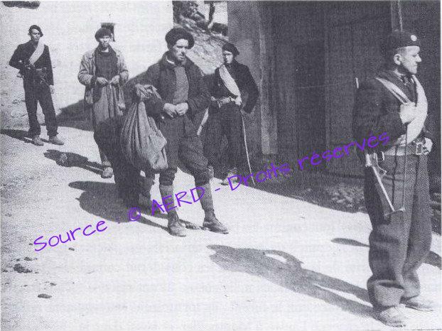 Trois miliciens viennent d'arrêter deux résistants 46710
