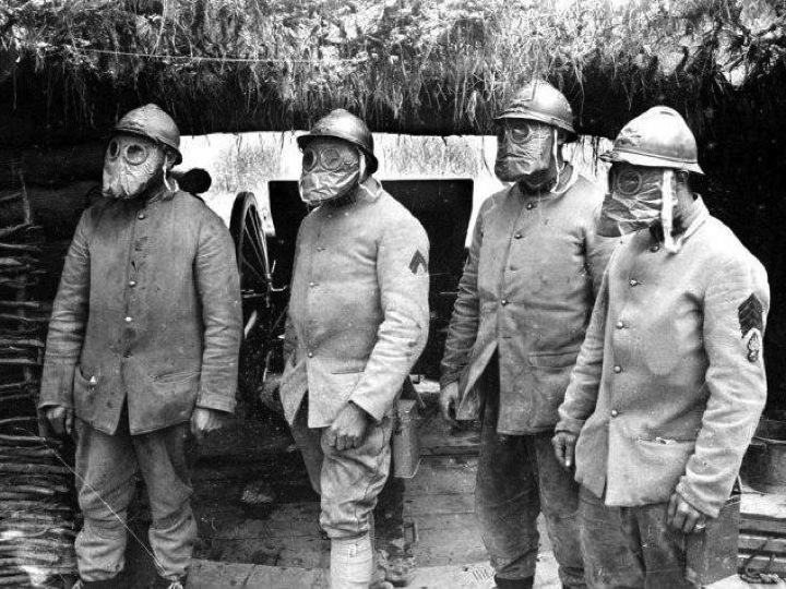 Artilleurs équipés du masque M2, 2° modèle du printemps 1916, selon ce qui  a été dit plus haut. 63f208edcf33