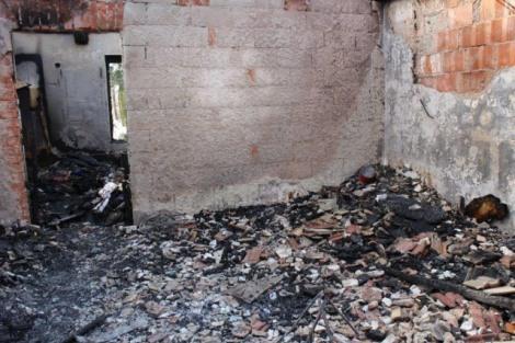 Vatra progutala kuću u Crnom Kamanju Img_3611