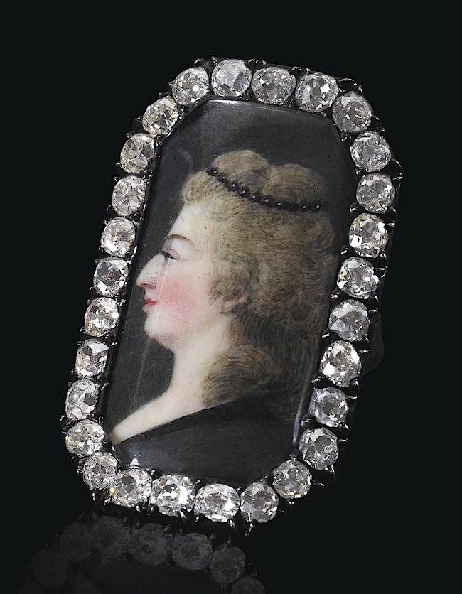 Bijoux de Marie-Antoinette : perles et diamants des Bourbon-Parme - Page 4 6mm4k_10