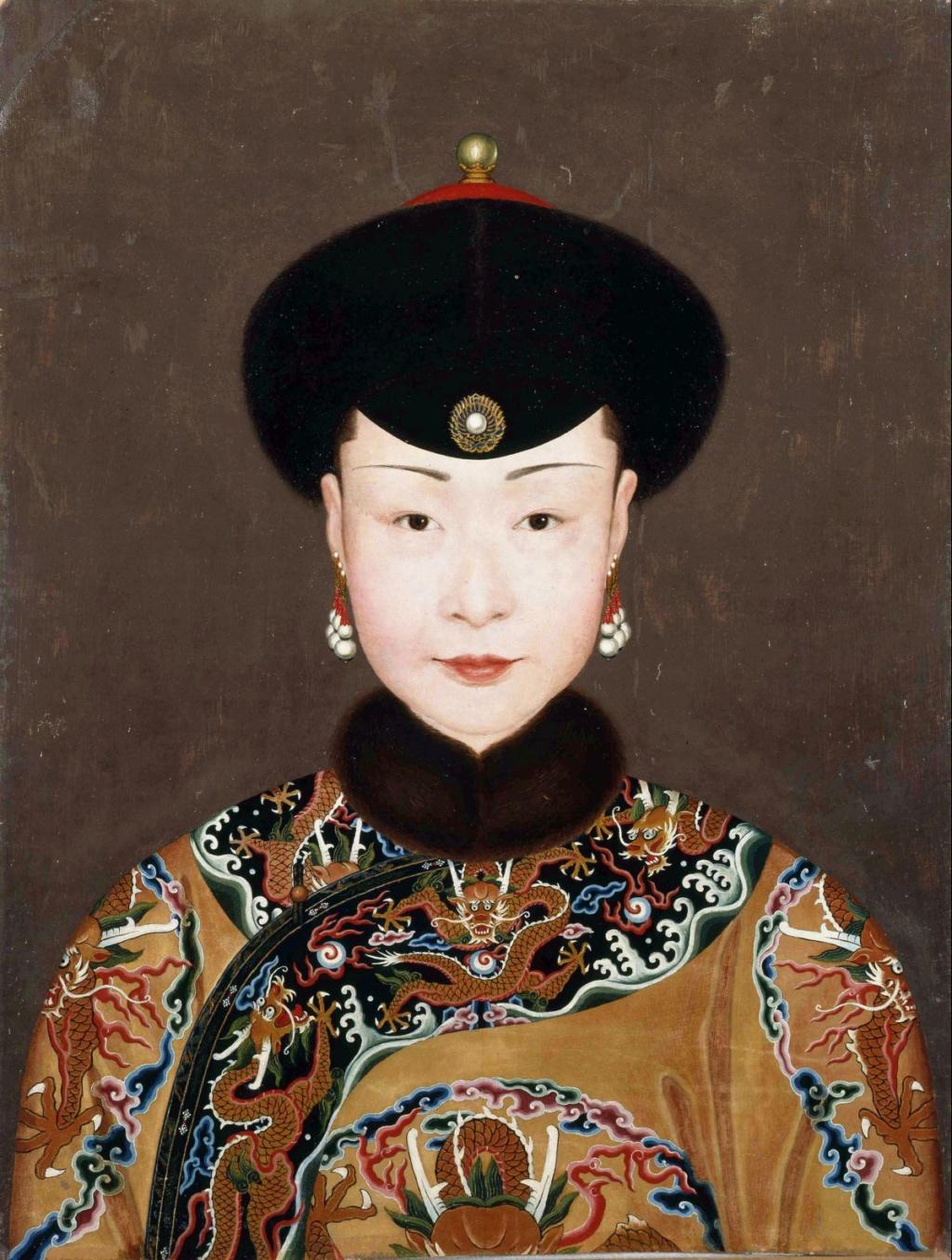 Impératrices, épouses et concubines de l'empereur de Chine (dynastie Qing) dans la Cité Interdite Attire10