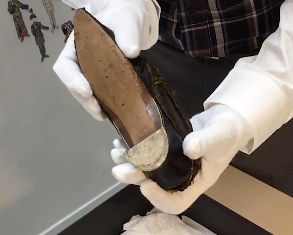 Les souliers et chaussures de Marie-Antoinette  - Page 4 Capt1348