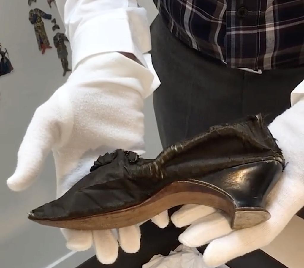 Les souliers et chaussures de Marie-Antoinette  - Page 4 Capt1349