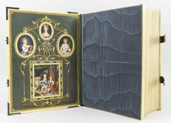Marie Antoinette, miniatures attribuées à ou d'après François Dumont - Page 2 Capt1545