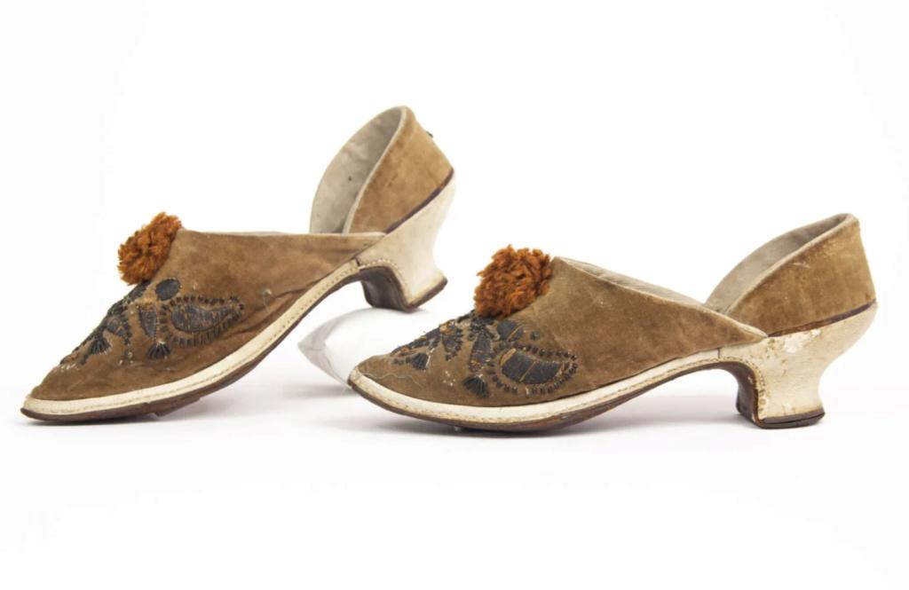 Chaussures et souliers du XVIIIe siècle - Page 2 Capt2090