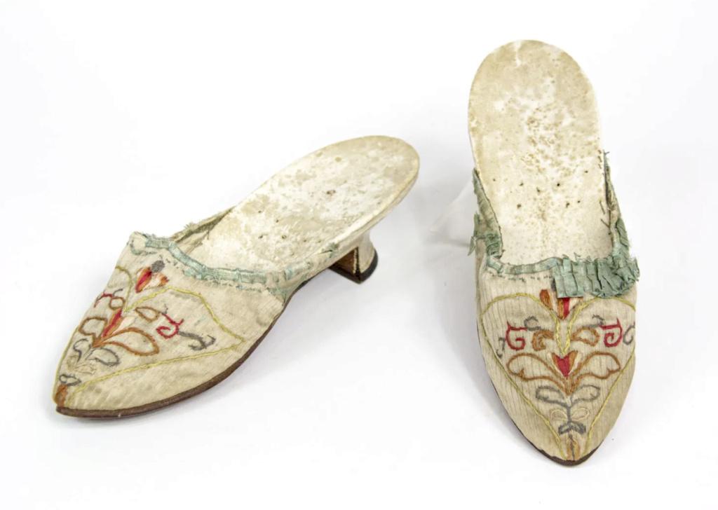 Chaussures et souliers du XVIIIe siècle - Page 2 Capt2092