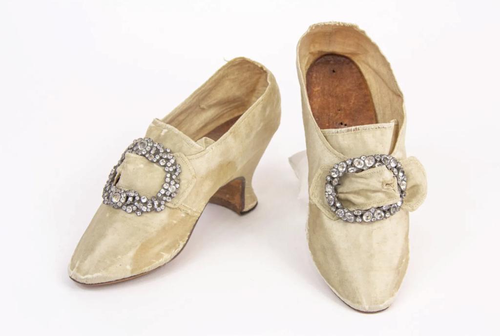 Chaussures et souliers du XVIIIe siècle - Page 2 Capt2094