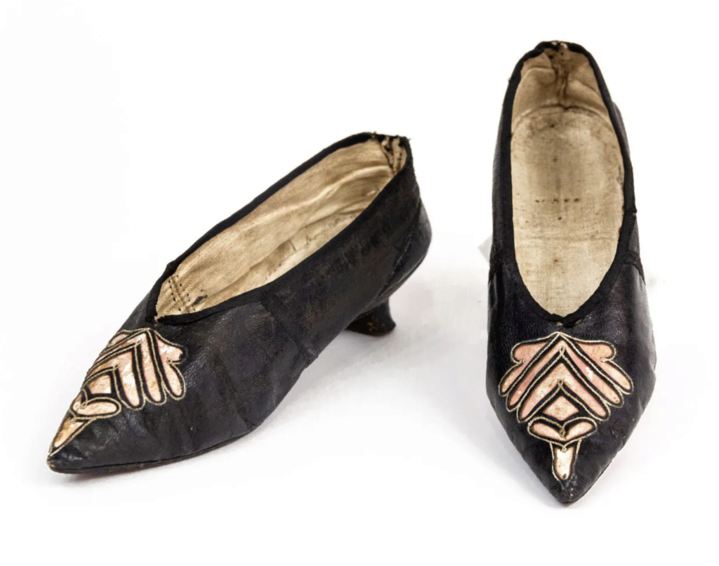 Chaussures et souliers du XVIIIe siècle - Page 2 Capt2096