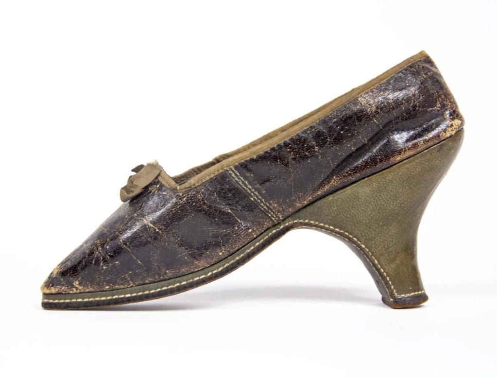 Chaussures et souliers du XVIIIe siècle - Page 2 Capt2097