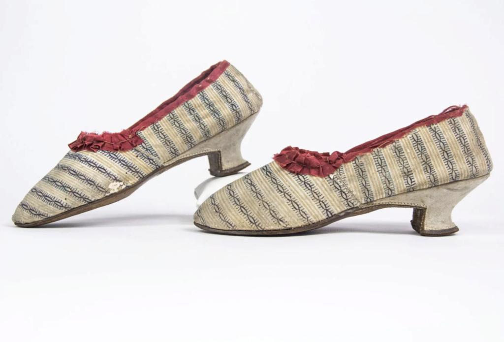 Chaussures et souliers du XVIIIe siècle - Page 2 Capt2100