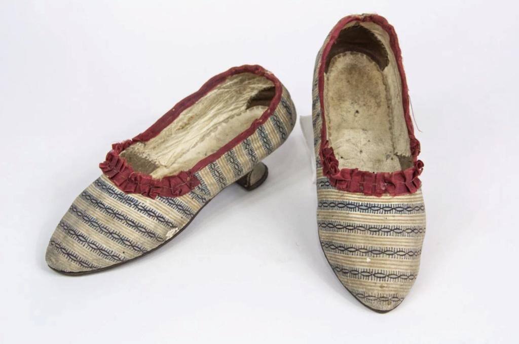 Chaussures et souliers du XVIIIe siècle - Page 2 Capt2101