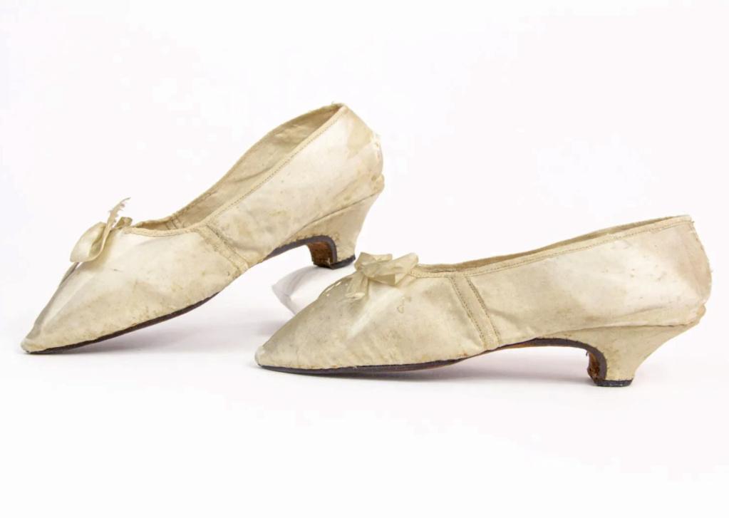 Chaussures et souliers du XVIIIe siècle - Page 2 Capt2102