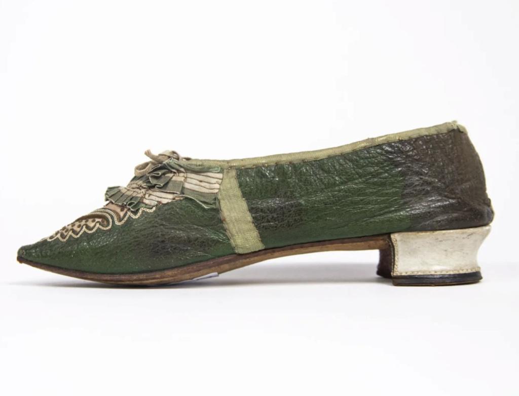 Chaussures et souliers du XVIIIe siècle - Page 2 Capt2103