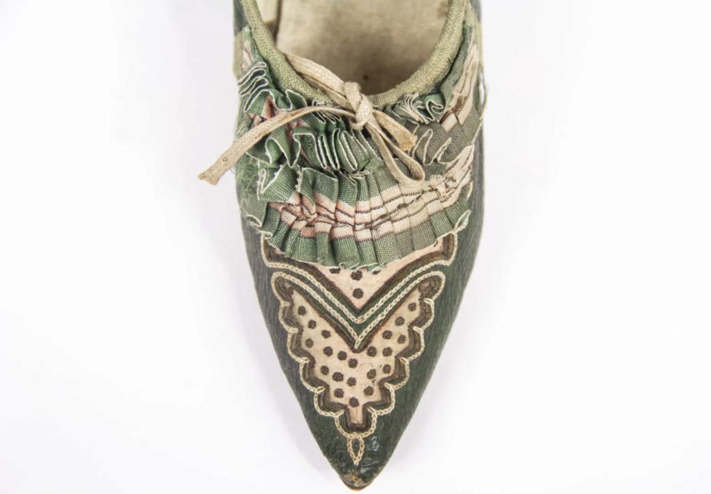 Chaussures et souliers du XVIIIe siècle - Page 2 Capt2104