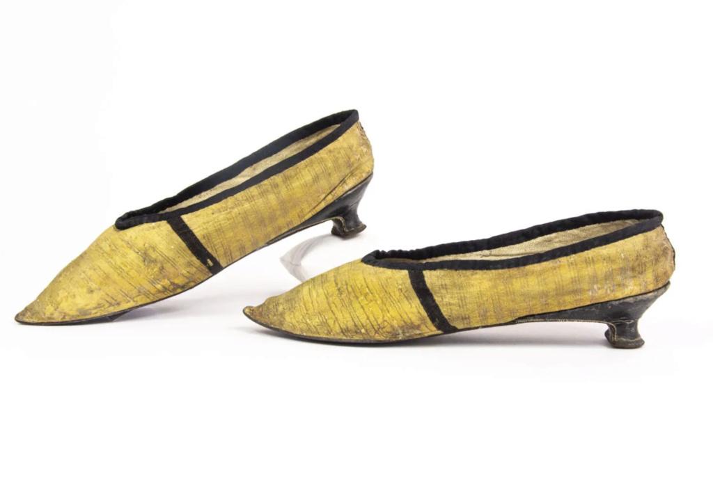 Chaussures et souliers du XVIIIe siècle - Page 2 Capt2105