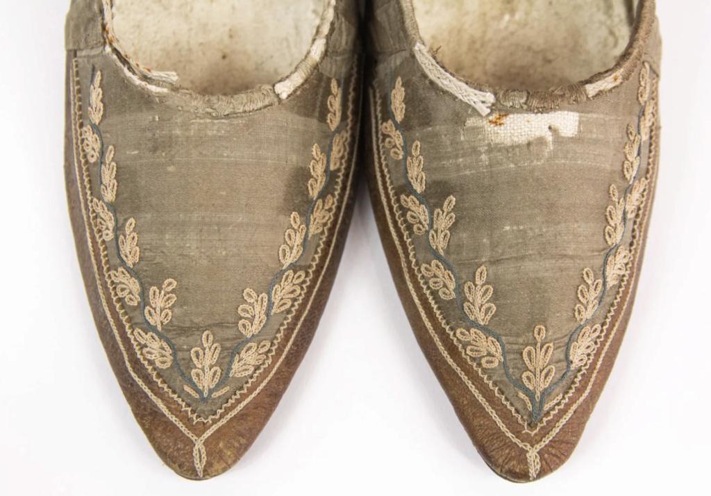 Chaussures et souliers du XVIIIe siècle - Page 2 Capt2107