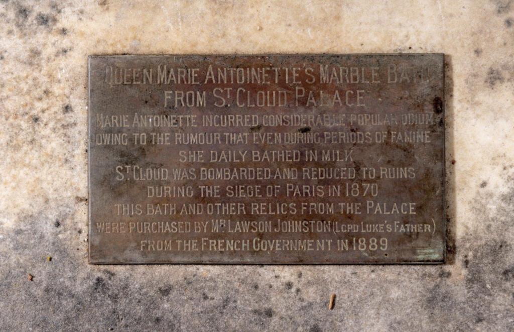 Baignoire provenant du château de Saint-Cloud, réputée avoir été utilisée par Marie-Antoinette ?  Capt2211