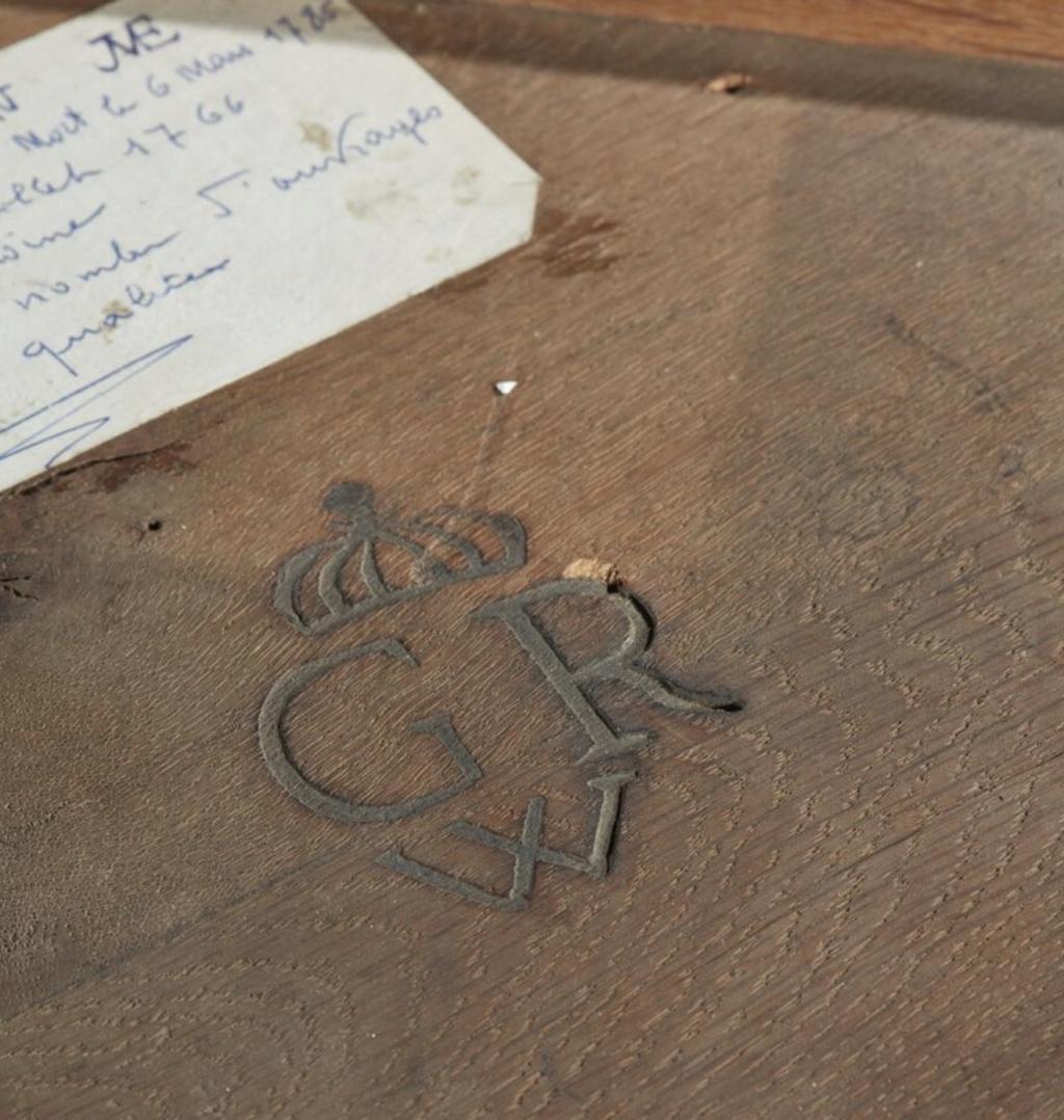 Marques du mobilier et sceau du Garde-Meuble de la reine Marie-Antoinette Capt2645