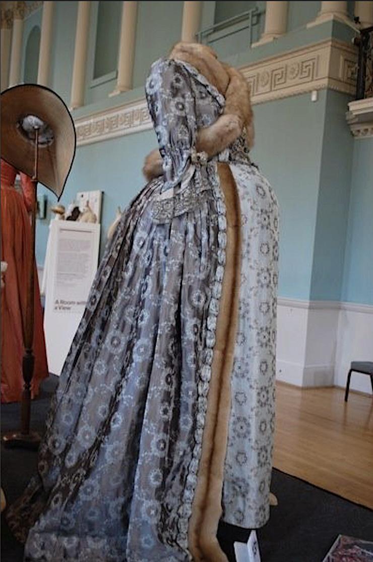 Les robes de grossesse au XVIIIème siècle Captu409
