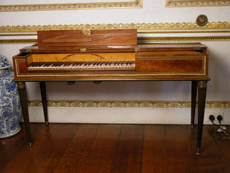 Un piano-forte ayant appartenu à Marie-Antoinette ?  Cms_ha10