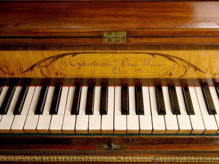 Un piano-forte ayant appartenu à Marie-Antoinette ?  Cms_ha11