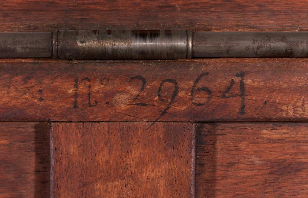 Marques du mobilier et sceau du Garde-Meuble de la reine Marie-Antoinette Main-i41